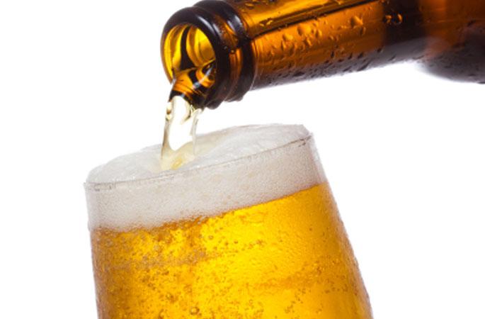 Bier wird eingeschenkt