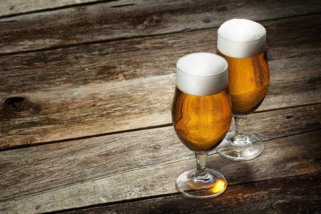 "Quelle: Fotolia, Igor Klimov, ""Two glass beer on wood background with copyspace"", 46659361"