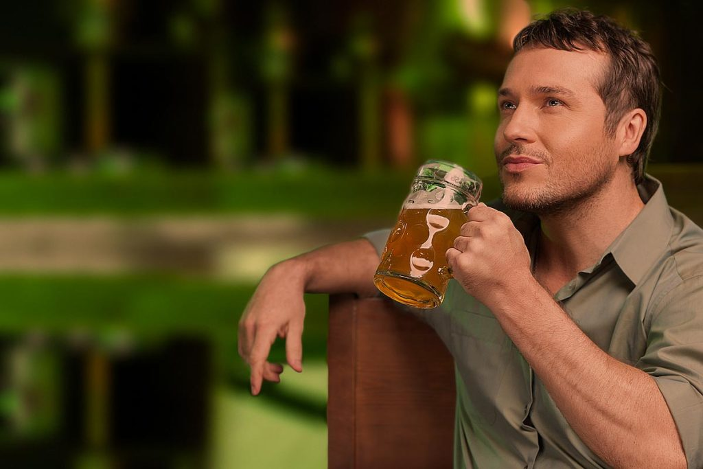 "Quelle: Fotolia, BlueSkyImages, ""Tasting a good beer. Portrait of thoughtful men drinking beer"", 54264783"