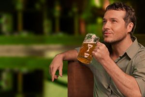"""Quelle: Fotolia, BlueSkyImages, """"Tasting a good beer. Portrait of thoughtful men drinking beer"""", 54264783"""
