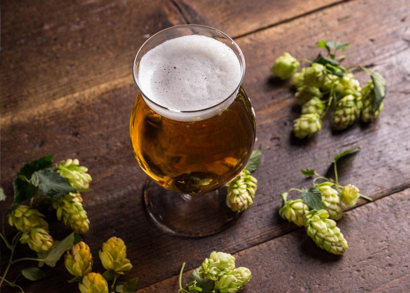 """Quelle: Fotolia, Grafvision, """"Beer into glass"""", 91897039"""