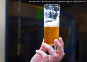 Bier.de-Blog: Die Geuze – Saures statt Süßes aus Belgien / Bildquelle: Fotolia, #120700286, Renar, Belgian lambic (geuze) beer glass in hand.