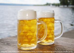 Bildquelle: Fotolia, #108227048, Sabrina Cercelovic, Kühles, frische Bier / Zwei Bierkrüge mit frischem Bier draußen am See
